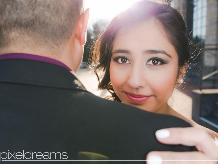 Hochzeitsshooting - Braut posiert im Park der Zoo Flora im gegenlicht der Sonne, wundervolles Braut Make up und Brautfrisur -