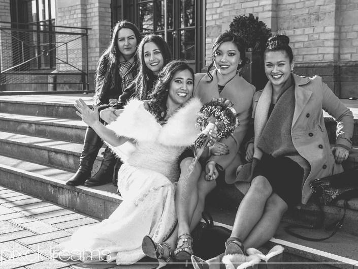 Braut mit ihren Trauzeuginnen aus Thailand und der Türkei am Zoo Flora in Köln.