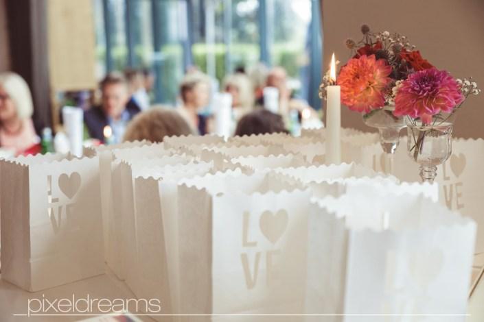 Geschenke des Brautpaares in Papiertütchen für die Hochzeitsgäste.