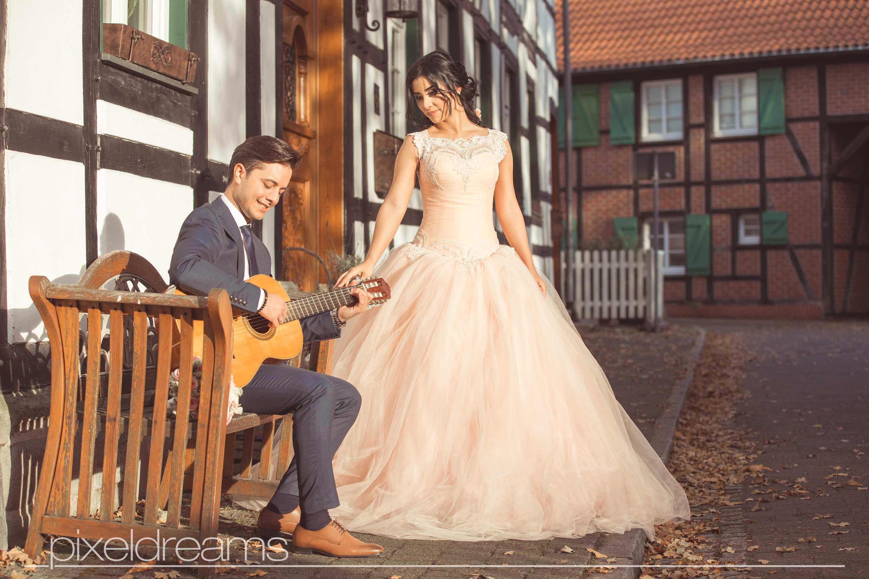 bräutigam-braut-gitarre-musiker-romantisch--foto-bochum-hochzeitsfotograf-hochzeitsfoto-pixeldreams