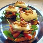 Crostini con Rucola, Pomodori, Feta e Pinoli