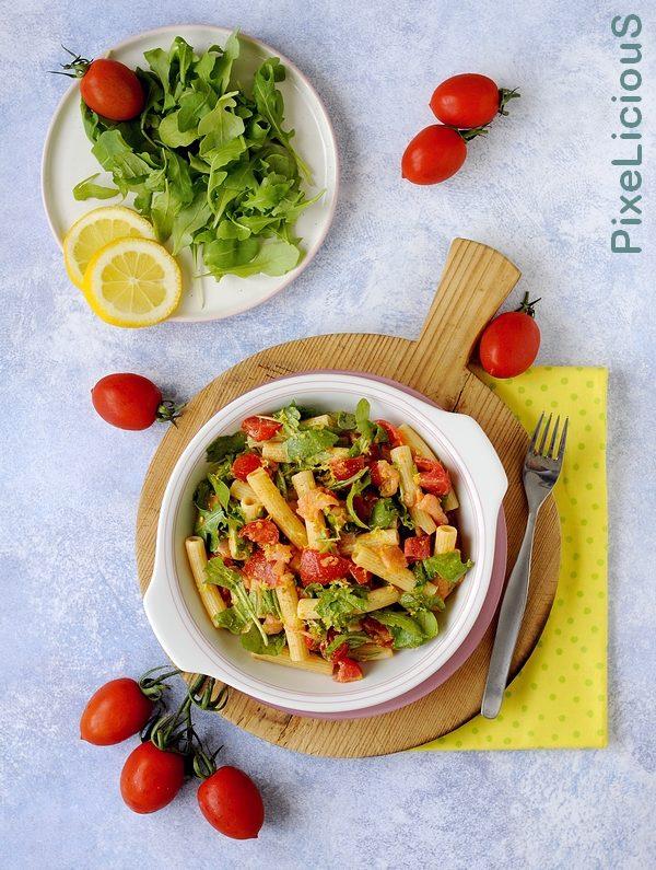 pasta fredda con rucola, salmone e pomodorini