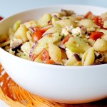 Pasta Fredda alla Greca (con Pomodori, Cetrioli, Feta, Cipolla Rossa e Olive Kalamata)