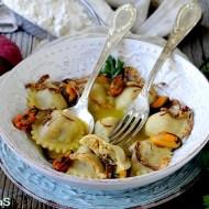 Ravioli Semintegrali Ripieni di Patate e Cozze in Brodo di Gallinella allo Zafferano con Cipolla Croccante
