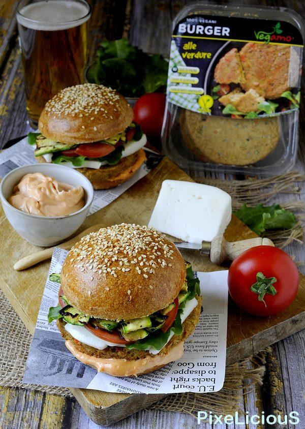 Burger Vegetariani con Buns Multicereali, Zucchine Grigliate, Formaggio di Capra e Maionese al Pomodoro