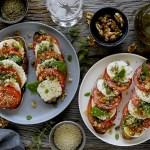"""Crostoni con Caprese """"Ricca"""" (Pomodori, Mozzarella, Basilico, Noci, Capperi e Sesamo Bianco)"""