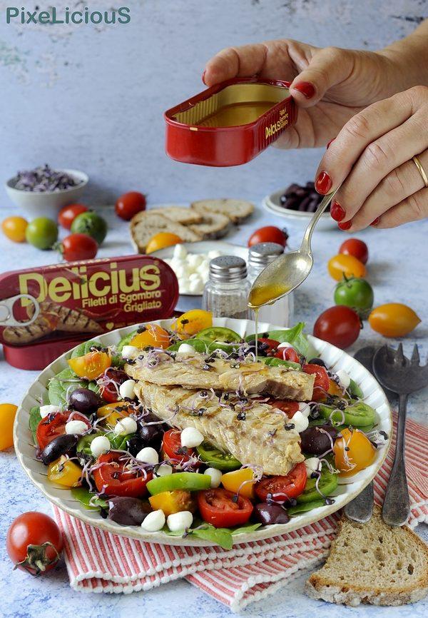 Insalata di Sgombro Piccante con Pomodori Colorati, Mozzarelline, Olive e Germogli di Cavolo Rosso