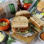Toast Burger con Maionese Vegana, Pesto di Pomodori Secchi e Germogli di Ravanello