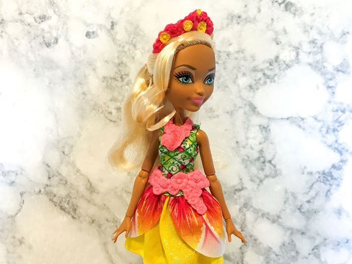 Review of Nina Thumbell doll from Ever After High.