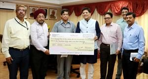2-indian-renewable-energy-development-agency-limited-ireda-pays-150-crore-interim-dividend-cheque-for-the-financial-year-of-2015-16