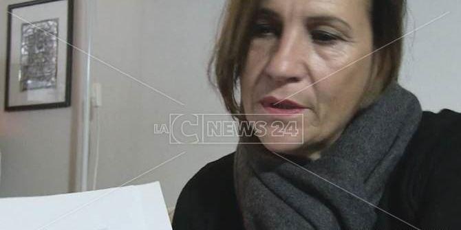 La casa è tra i beni pignorati all'ex marito: famiglia sfrattata (VIDEO)