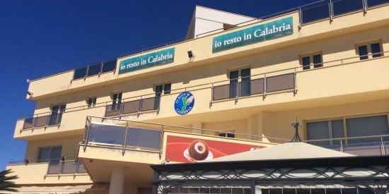 Furto alla Gelateria Callipo di Pizzo: ladri sfondano la finestra e prelevano soldi, gelati e tonno