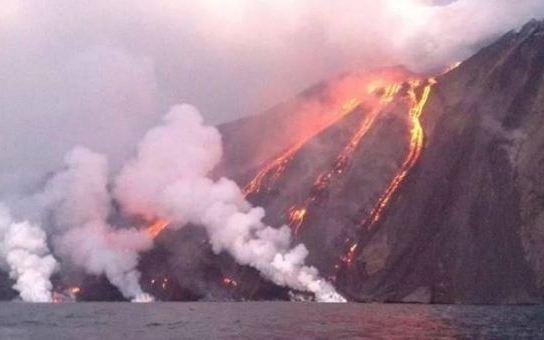 """Vulcano Stromboli riprende l'attività: per gli esperti è tutta """"colpa"""" dell'Etna"""