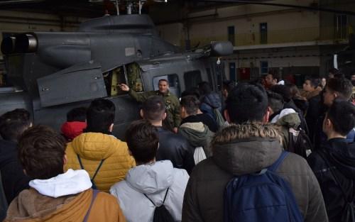 """Gli Istituti Tecnici di Trasporto e Logistica di Pizzo e di Crotone hanno visitato il 2° Reggimento Aviazione dell'Esercito """"Sirio"""" di Lamezia Terme"""