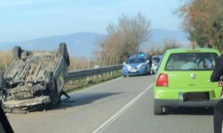 Incidente alle porte di Vibo, auto si ribalta: tre feriti