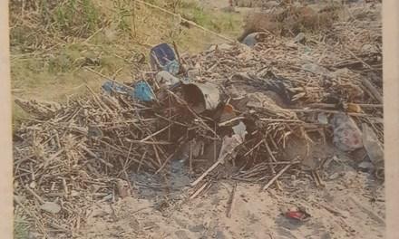 I turisti ripuliscono la spiaggia ma nessuno ritira i rifiuti