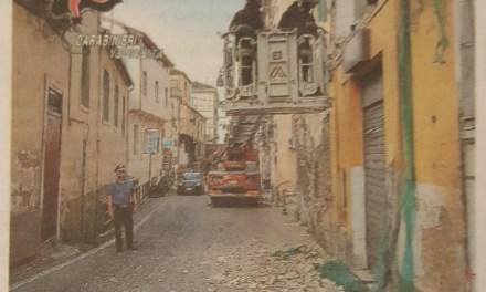 Tir si incastra in un balcone, traffico in tilt a Pizzo