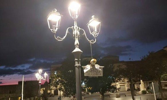 """""""Strangolati dalla dittatura sanitaria"""", fantoccio impiccato in piazza a Pizzo"""