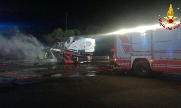 Va a fuoco una bisarca nei pressi dello svincolo autostradale di Pizzo Calabro [FOTO] – Il Meridio
