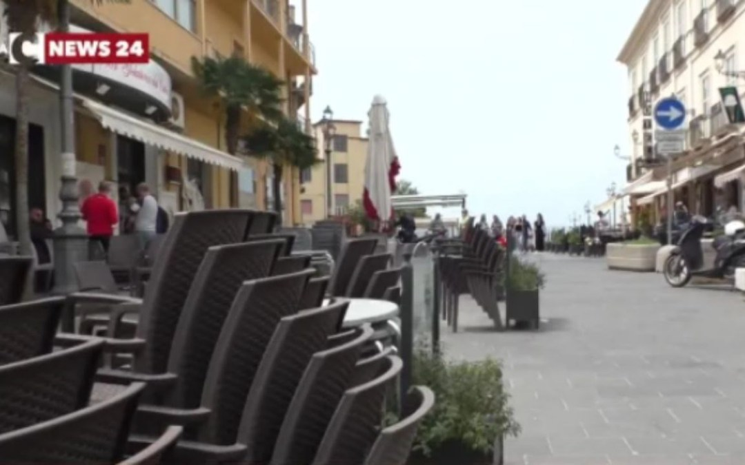 Pizzo, sedie accatastate e tavoli transennati nella città del gelato. I commercianti: «Siamo rassegnati»