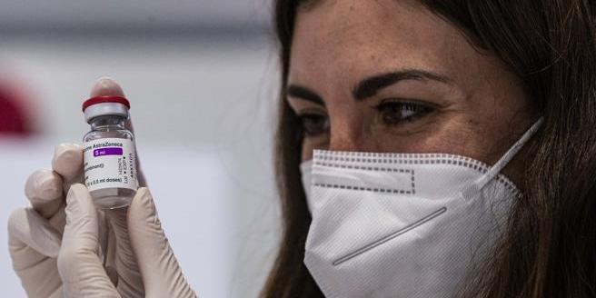 Vaccino AstraZeneca: l'ipotesi di non somministrare le dosi sotto i 50 anni- Corriere.it