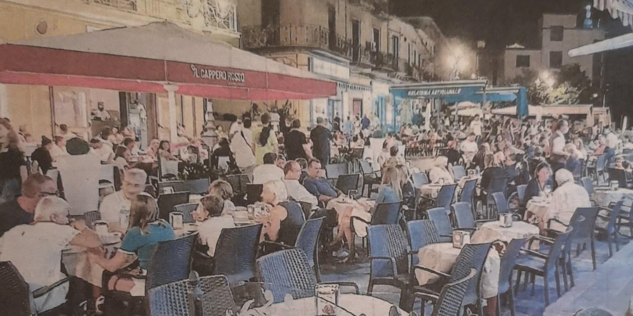 Pizzo. Piazza della Repubblica invasa da tavoli. La Polizia locale avvisa gli esercenti