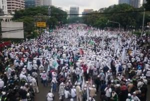 ribuan-massa-unjuk-rasa-terkait-pernyataan-gubernur-dki-jakarta
