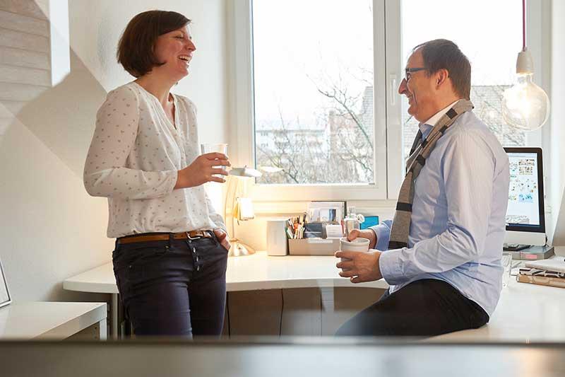 Versicherungsberater kosten den Mandanten Geld, wie ein Rechtsanwalt oder Steuerberater. Gerd Güssler mit Mandantin Karin Gutmann, Inhaberin der Grafikagentur Konzept + Grafik in Freiburg.