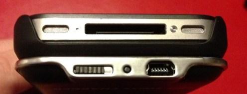 Vue de dessous avec port mini USB et bouton ON/OFF