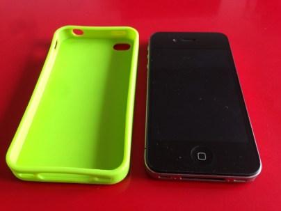 La coque a côté de l'iPhone