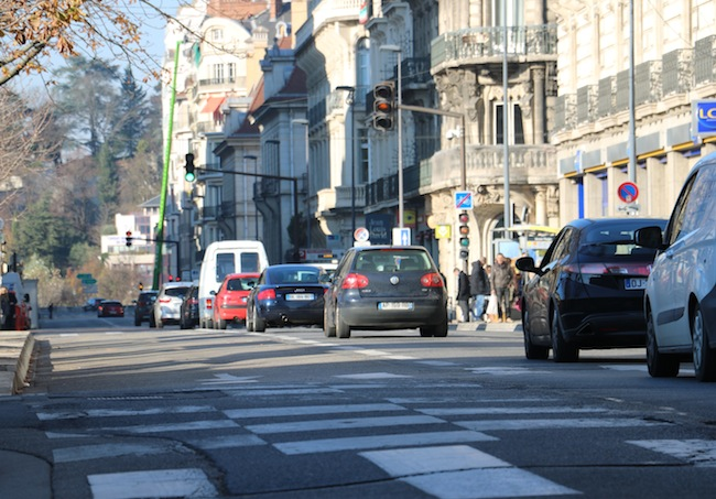 Grenoble à cœur conteste le projet et propose des alternatives. Pour eux, le boulevard Sembat ne devrait pas être coupé à la circulation mais dédié aux voitures et aux bus. © Patricia Cerinsek