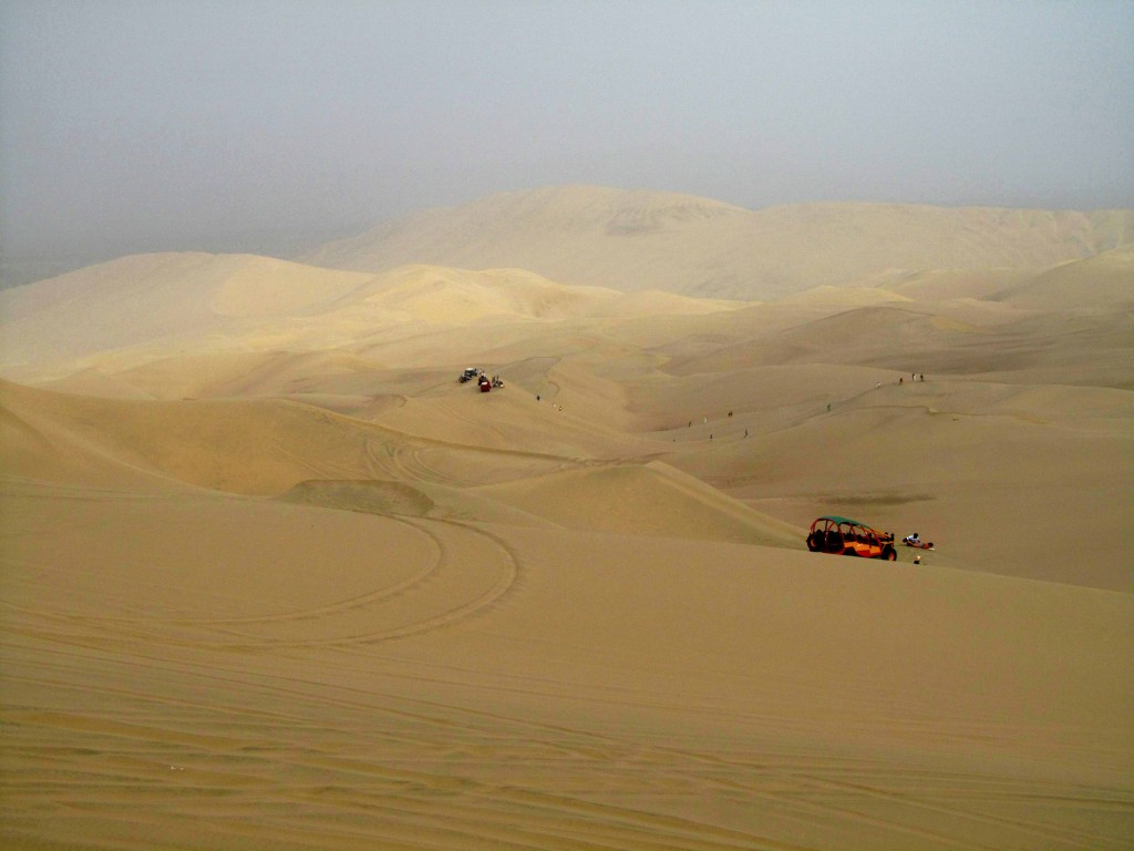 Buggies en el desierto de Huacachina. Buggies in the Huacachina desert. Ica, Peru Photo credit, placeOK