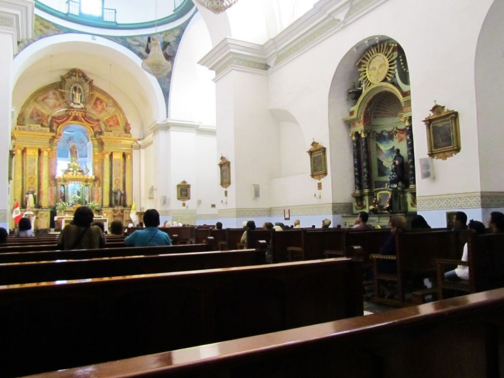 A partir de las 6 pm se inician las misas en varias iglesias. Masses begin at 6 pm in various churches. Photo credit, placeOK