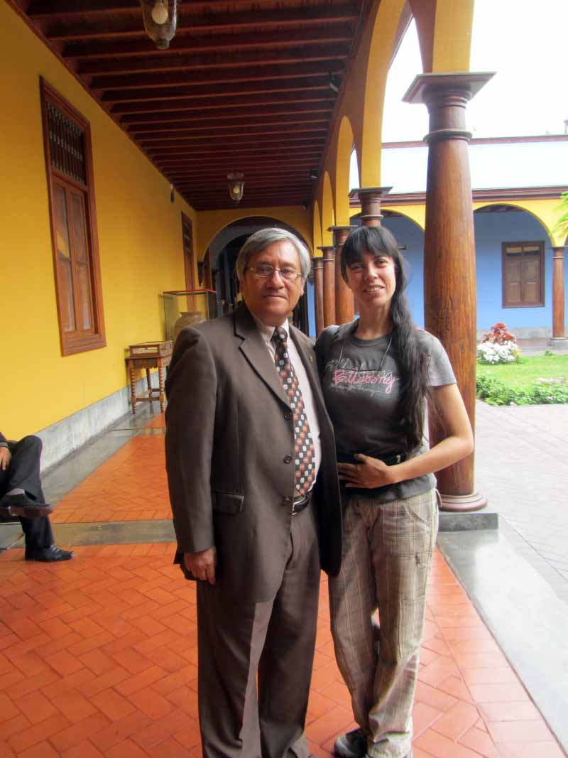 Junto al profesor Carlos Villena. With Carlos Villena, our professor. Image by placeOK