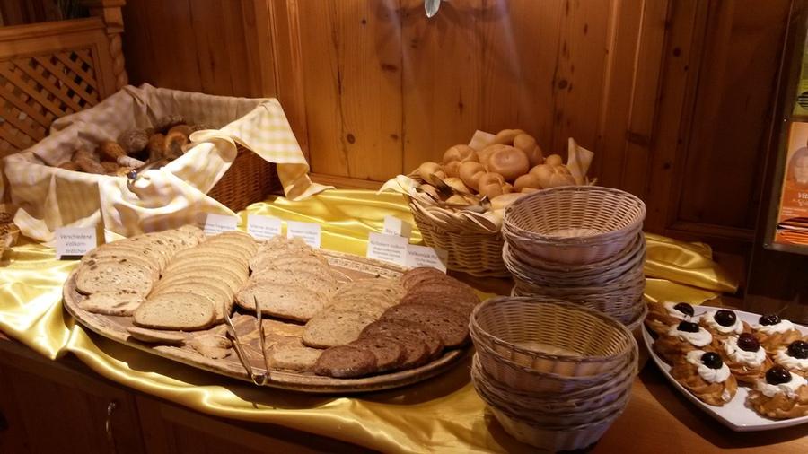 Brot und Brötchen auf dem Frühstücksbuffet