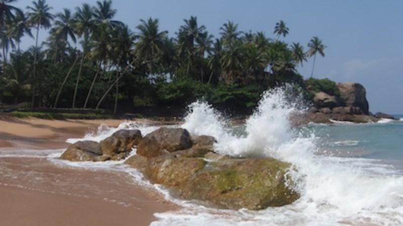 Wellen brechen sich an den Steinen auf dem Strand