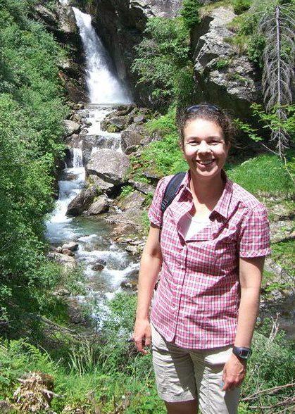Martina Schäfer bei einer Wanderung neben einem Wasserfall