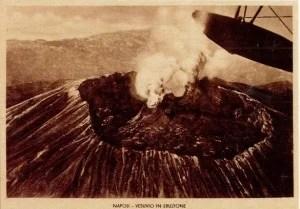 Napoli cratere del Vesuvio subito prima eruzione 1944