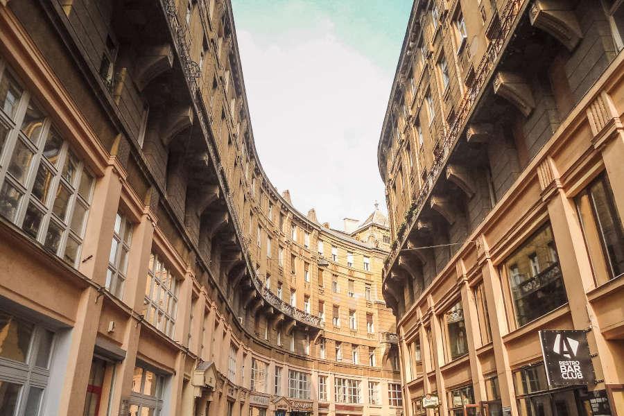 Eine Straße mit alten Gebäuden in Budapest