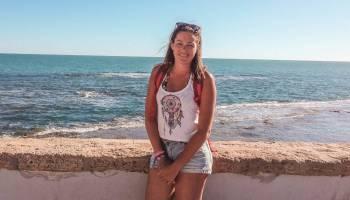 Foto von mir in Cadiz mit dem Meer im Hintergrund