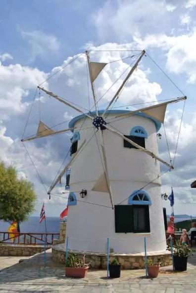 Větrný mlýn u vesničky Korithi na severu Zakynthosu