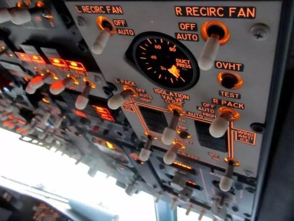 Detail overhead panelu v Boeingu 737NG