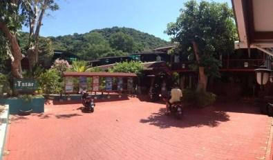 Parkoviště s recepcí před chatkami v T star cottage
