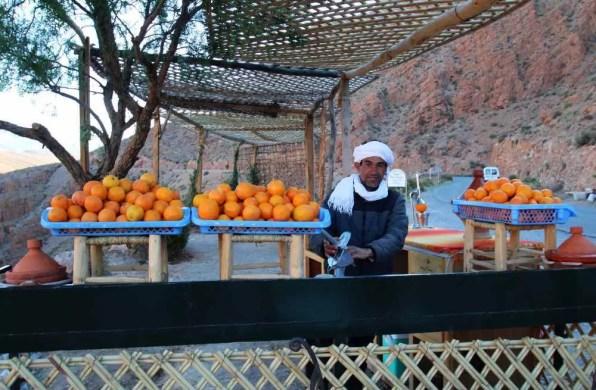 Prodavač džusu z čerstvých pomerančů v soutěsce Dades