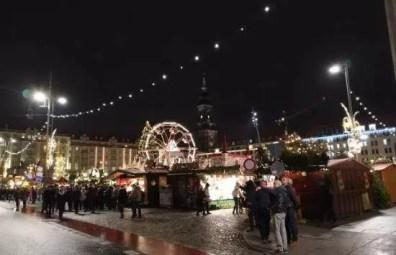 Vánoční trhy Drážďany Striezelmarkt na náměstí Altmarkt v noci