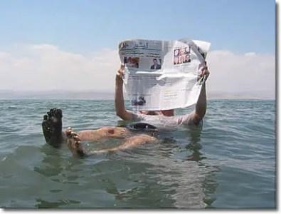 Hombre Flotando en el Mar Muerto