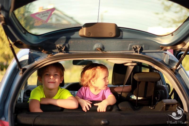 17 trucuri utile pentru călătoriile lungi cu copiii în mașină