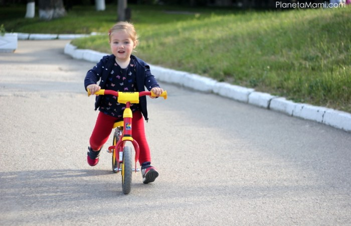 cum inveti copilul sa mearga pe doua roti