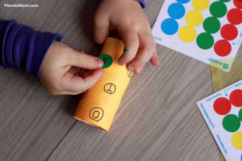 Învățăm literele cu ajutorul autocolantelor