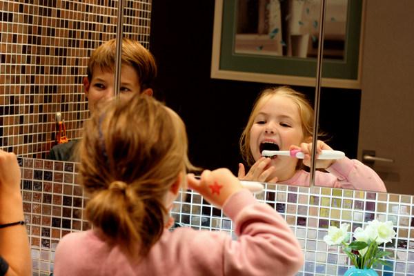 Cum sa iti convingi copilul sa se spele pe dinti